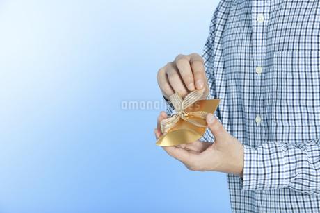 プレゼントを持つ男性の写真素材 [FYI02815054]