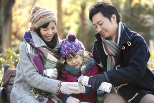 ティータイム中の家族3人の写真素材 [FYI02815076]