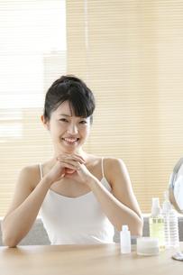 スキンケアをする女性の写真素材 [FYI02815087]
