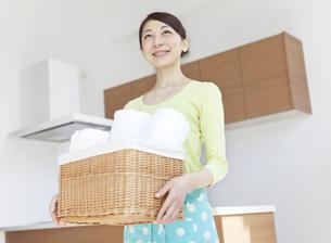 洗濯物を持つ女性の写真素材 [FYI02815095]