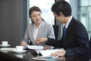 打ち合わせをするビジネスマンとビジネスウーマンの写真素材 [FYI02815109]