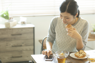 スマートフォンを操作する女性の写真素材 [FYI02815115]