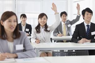 手を挙げるビジネスウーマンとビジネスマン5人の写真素材 [FYI02815122]