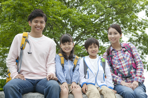 ハイキングをする4人家族の写真素材 [FYI02815129]