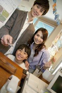 支払いをする家族3人の写真素材 [FYI02815137]