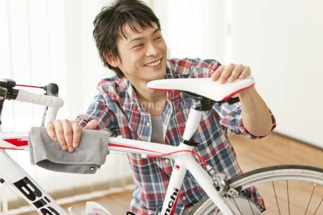自転車の手入れをする男性の写真素材 [FYI02815141]
