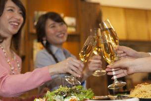 乾杯する女性4人の写真素材 [FYI02815146]