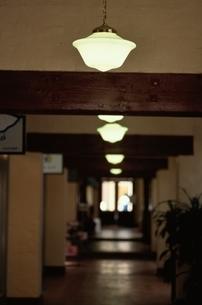 屋内 電灯の写真素材 [FYI02815149]