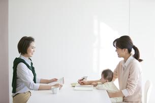 赤ちゃんとビジネスウーマン2人の写真素材 [FYI02815196]
