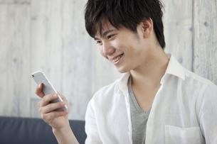 スマートフォンを操作する男性の写真素材 [FYI02815199]