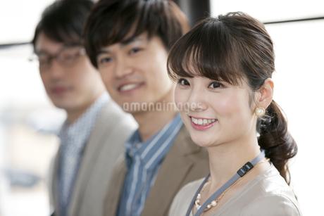 笑顔のビジネス男女3人の写真素材 [FYI02815205]