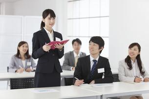 研修を受けるビジネスマンとビジネスウーマン5人の写真素材 [FYI02815211]