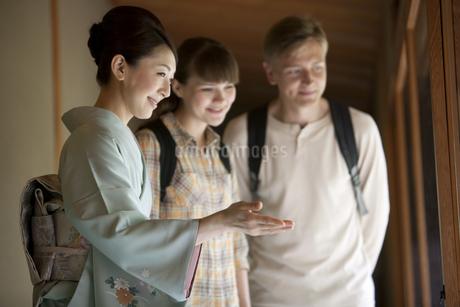 外国人観光客を案内する日本人女性の写真素材 [FYI02815216]
