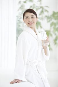 ミネラルウォーターを飲む女性の写真素材 [FYI02815235]
