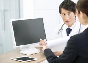 医者とビジネスウーマンの写真素材 [FYI02815237]