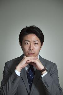 ほおづえをするビジネスマンの写真素材 [FYI02815245]