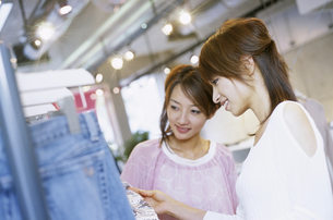 ショッピングをする2人の女性の写真素材 [FYI02815270]