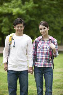 ハイキングをするカップルの写真素材 [FYI02815283]