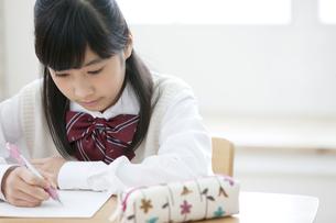 勉強をする女の子の写真素材 [FYI02815335]