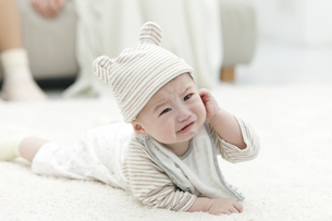 泣き出しそうな赤ちゃんの写真素材 [FYI02815368]