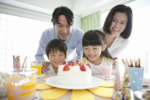 ケーキを見ている家族4人の写真素材 [FYI02815397]