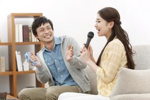 カラオケを歌うカップルの写真素材 [FYI02815471]