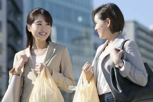 コンビニ袋を持つビジネスウーマン2人の写真素材 [FYI02815480]