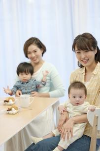 赤ちゃんを抱く母親2人の写真素材 [FYI02815501]