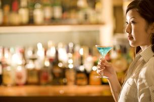 カクテルを飲んでいる女性の写真素材 [FYI02815529]