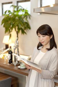 本を読む中高年女性の写真素材 [FYI02815530]