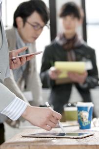 タブレットPCを操作するビジネス女性の手元の写真素材 [FYI02815538]