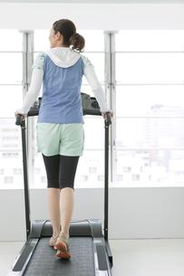 ジムで運動する女性の写真素材 [FYI02815545]