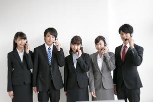 インカムを付けた5人のビジネスマンの写真素材 [FYI02815547]