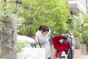 赤ちゃんを見ている母娘の写真素材 [FYI02815551]