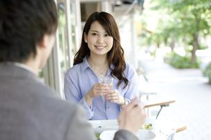 昼食を食べるカップルの写真素材 [FYI02815573]