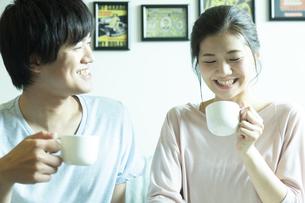 ティーカップを持ったカップルの写真素材 [FYI02815575]