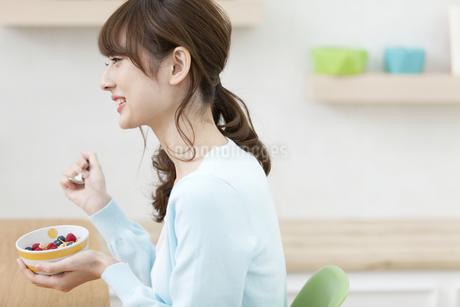 シリアルを食べる女性の写真素材 [FYI02815602]