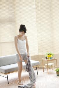 タオルを持つ女性の写真素材 [FYI02815609]