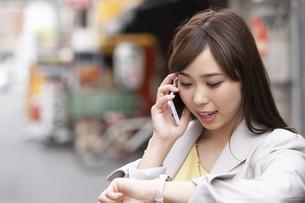 スマートフォンで通話するビジネスウーマンの写真素材 [FYI02815610]