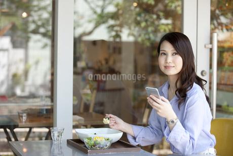 昼食を食べる女性の写真素材 [FYI02815622]