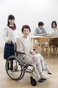 車椅子の祖母と家族の写真素材 [FYI02815633]