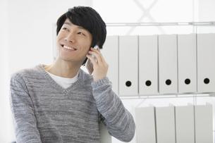 スマートフォンで通話する男性の写真素材 [FYI02815641]