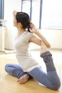 ヨガをする中高年女性の写真素材 [FYI02815658]