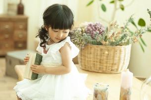 本を持つ女の子の写真素材 [FYI02815667]