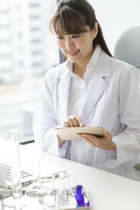 タブレットPCを持つ女性研究員の写真素材 [FYI02815679]