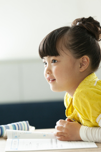 勉強をする女の子の写真素材 [FYI02815696]