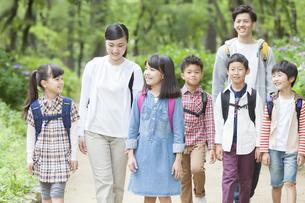 課外学習中の小学生と先生の写真素材 [FYI02815715]