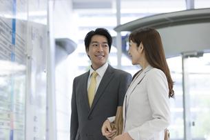 掲示板を見る男女のビジネスマンの写真素材 [FYI02815727]