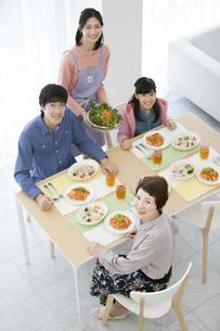 食事の準備をする家族の写真素材 [FYI02815730]