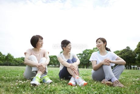 休憩する中高年女性3人の写真素材 [FYI02815736]